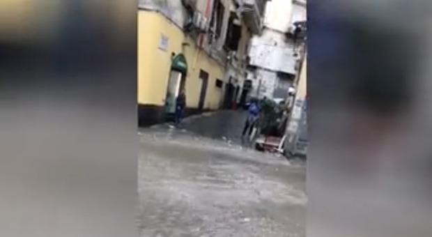 Bomba d'acqua, Napoli in ginocchio: un fiume in piena travolge la città